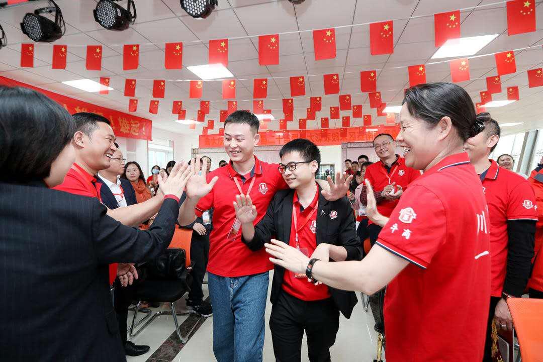 图左为首信首誉网络推广员工钟紫鸿先生